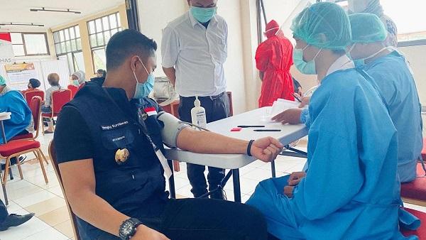 Hengky Kurniawan saat menjalani pemeriksaan kesehatan sebelum melakukan penyuntikan dalam vaksin uji coba vaksin Covid-19 di Puskesmas Garuda, Kota Bandung