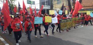 Foto : Aksi demo yang dilakukan buruh