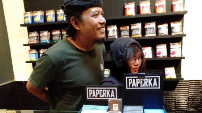 Vokalis Pemuda Harapan Bangsa, Nedi (kiri) di store tembakau iris miiknya yang bermerk Paperka di kawasan Sarijadi, Kota Bandung. [Suara)