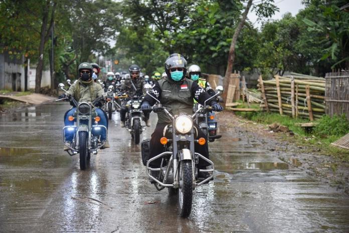 Bupati Bandung Dadang M. Naser dan rombongan dalam perjalanan lokasi cek poin dalam kegiatan bakti sosial (Foto : Istimewa)