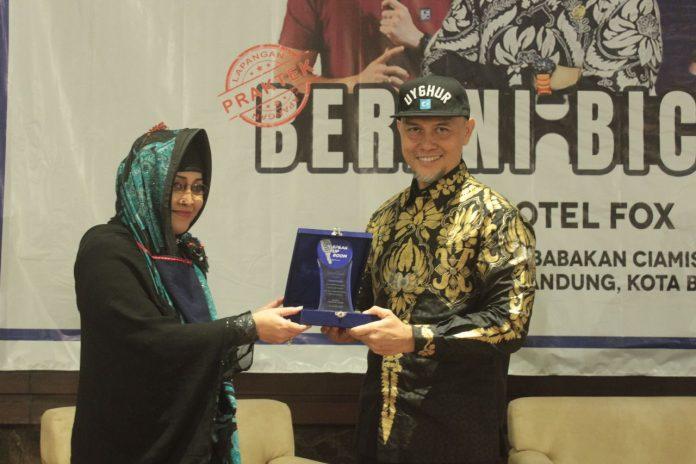 """Wakil Ketua Dewan Perwakilan Rakyat Daerah (DPRD) Kota Bandung Edwin Senjaya, saat menjadi narasumber dalam acara yang digelar oleh Speak Up Room dengan tema """"BERANI BICARA"""","""