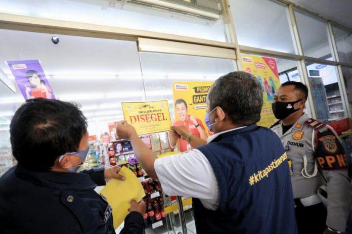 Wakil Wali Kota Bandung, Yana Mulyana menyegel minimarket yang melanggar di masa pandemi Covid-19 beberapa waktu lalu.
