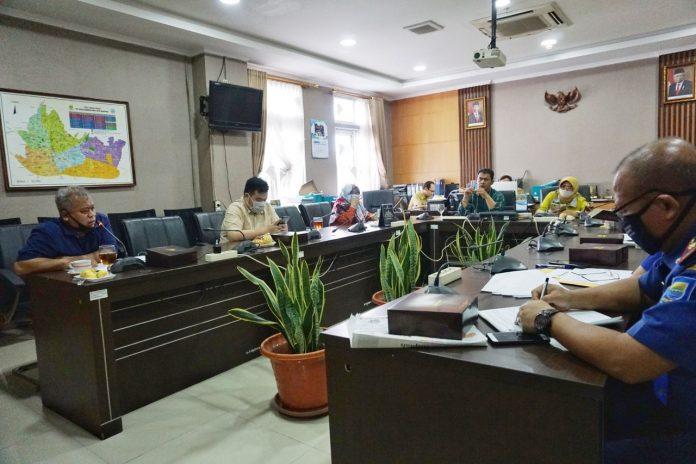 Komisi B DPRD Kota Bandung menggelar rapat kerja dengan Diskar PB Membahas Realisasi T.A 2020 dan Target PAD T.A 2021, di Ruang Rapat Komisi B DPRD Kota Bandung