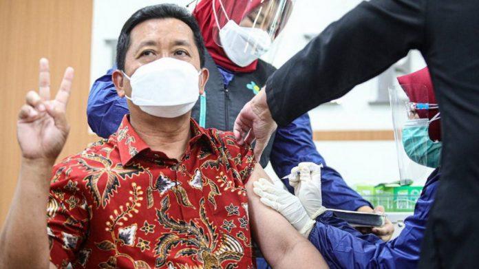 Sekretaris Daerah Kota Bandung Ema Sumarna saat menjalani vaksinasi dosis kedua.