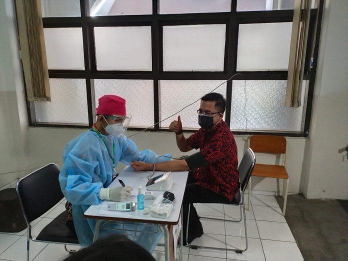 Ketua Yayasan Ibramsyah Amir,.SE.,M.B.A Tech/Ketua Yayasan Taruna Bakti ketika melaksanakan Pemerksaan Kesehatan