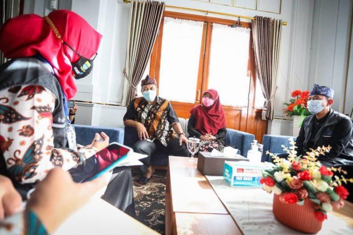 WALI Kota Bandung, Oded M. Danial didampingi istri, Siti Muntamah menerima petugas pendataan keluarga di Pendopo Kota Bandung, Jln. Dalem Kaum, Kamis (1 April 2021).