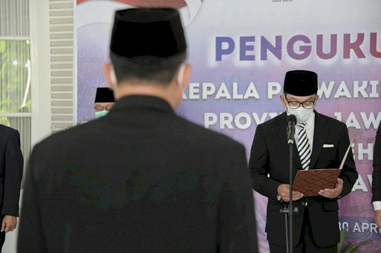 Gubernur Jawa Barat (Jabar) Ridwan Kamil mengukuhkan Wahidin sebagai Kepala Perwakilan Badan Kependudukan dan Keluarga Berencana Nasional (BKKBN) Provinsi Jabar