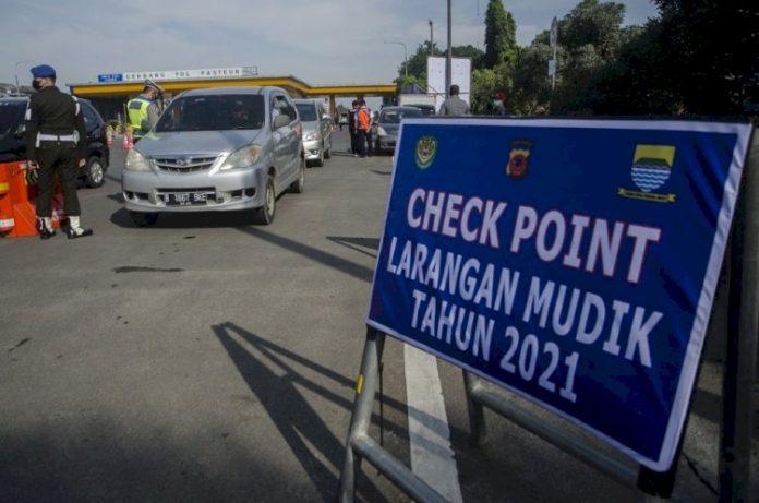 Larangan Mudik di Gerbang Tol Pasteur Bandung