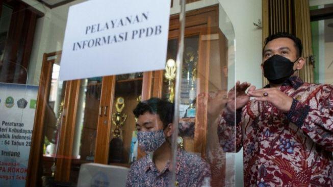 Kepala Dinas Pendidikan Provinsi Jawa Barat Dedi Supandi menemukan masalah saat melakukan sidak untuk memantau pelaksanaan Penerimaan Peserta Didik Baru (PPDB) Tahun 2021. [HO Humas Dinas Pendidikan Jabar]