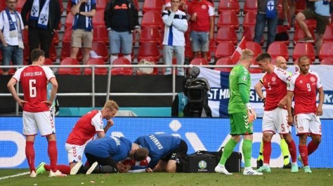 Gelandang Denmark Christian Eriksen mendapatkan perawatan intensif di lapangan setelah kolaps saat menghadapi Finlandia di laga Grup B Euro 2020 dithe Parken Stadium, Kopenhagen. Jonathan NACKSTRAND / POOL / AFP