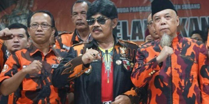 H. Tubagus Dasep (Tengah)