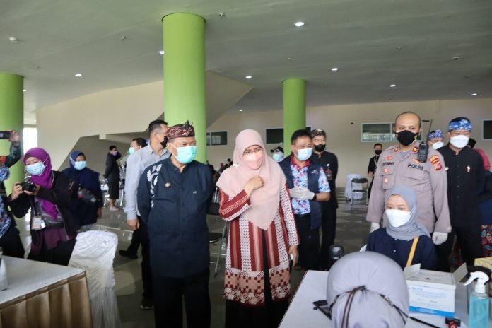 Foto : Wali Kota Bandung Oded M Danial dan Ketua TP PKK Kota Bandung Siti Muntamah Oded di dampingi Kepala Dinas DPPKB Kota Bandung, Drs. Andri Darusman M.Si. (Foto : Riandy Hidayat)
