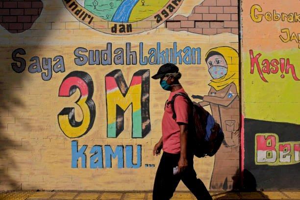 Warga melintasi mural 3M. (Foto : Isitimewa)