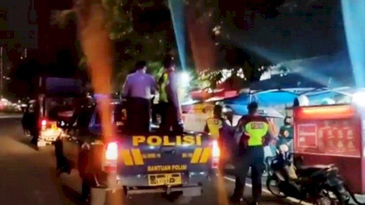 Patroli malam yang dilakukan Polrestabes Bandung untuk mencegah kerumunan massa menekan penyebaran Covid-19