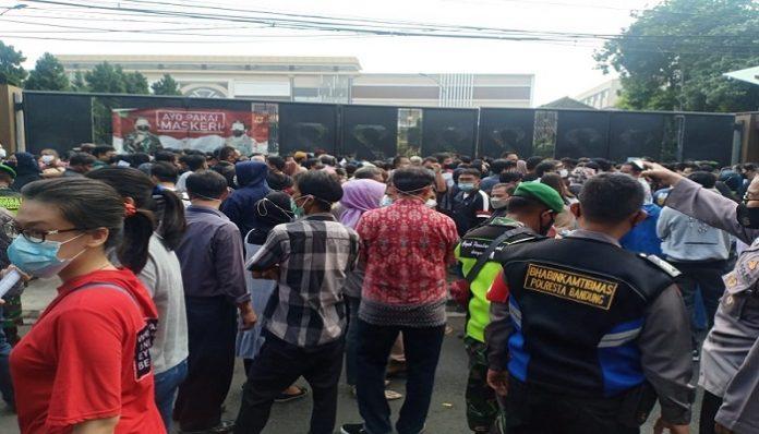 Vaksinasi Massal di Bandung, Warga Antre hingga Berkerumun