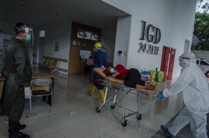 Petugas tenaga kesehatan membawa pasien ke ruangan Instalasi Gawat Darurat Rumah Sakit Khusus Ibu dan Anak, Bandung, Jawa Barat,
