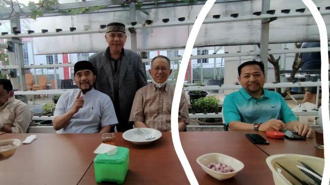 Sebuah foto memperlihatkan ada ponsel di meja yang berada di depan Setya Novanto. Foto itu diambil di dalam Lapas Sukamiskin. [Istimewa]
