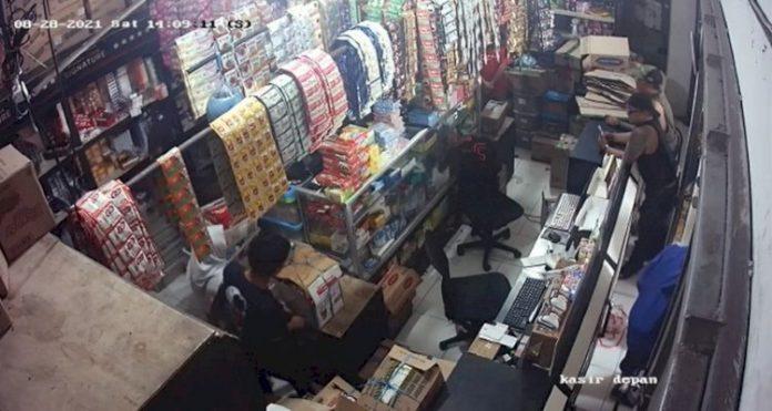 Terekam CCTV, Sekelompok Pria Rampok Toko Grosir di Bojongsoang Bandung