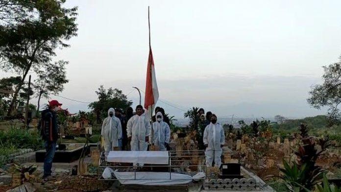 Foto: Tim pikul jenazah di TPU Cikadut Bandung kibarkan bendera setengah tiang (Istimewa)