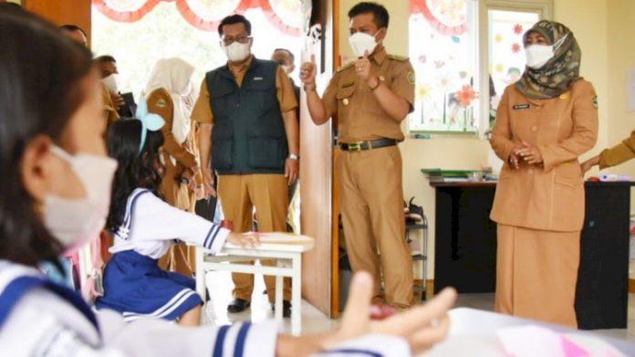 Bupati Bandung Dadang Supriatna saat meninjau salah satu sekolah yang mulai gelar PTM, Senin, 6/9/2021. (dok pemkab bandung)