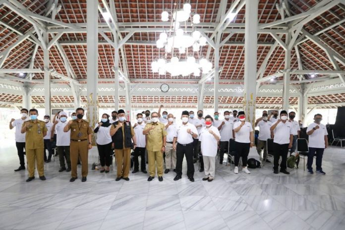 PENGUKUHAN Karasa (Kader Penggerak Kebangsaan) Perwakilan 30 Kecamatan Kota Bandung oleh Wali Kota Bandung, Oded M. Danial di Aula Pendopo Kota Bandung, Selasa (14 September 2021).*